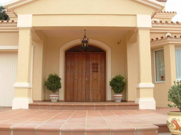 Detalle porche puerta de paso iroko